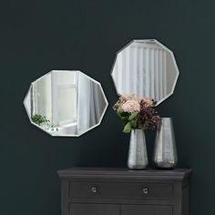 Miroir décagonal contour biseauté Maison Tilleul charme géométrique déco Ce miroir 10 côtés et une finition en biseau selon le même principe que pour les miroirs d´antan. vasque dans une salle de bain rétro, que dans une chambre au-dessus d´une commode ou sur un mur en tête de lit associé avec la version ronde de ce miroir décagonal. Ce miroir est proposé en 2 formes : rond ou ovale, que vous pourrez disposer dans les 2 sens. N'hésitez pas à accentuer son côté broc avec un papier peint vintage. Blog Deco, Sconces, Wall Lights, Diy, Home Decor, Hello Fr, Contour, Lifestyle, Products