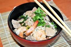 Przepis na Zupę Z Wieprzowiną I Krewetkami to prosty i szybki w przygotowaniu przepis video na wietnamską zupę. Gotowe danie smakuje wyśmienicie i zachwycie nawet najwybredniejsze gusta