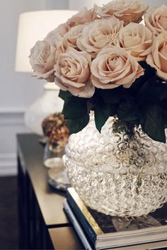 Those pink roses Small Cozy Apartment, Cool Rooms, Home Decor Furniture, Plant Decor, Home Decor Inspiration, Flower Decorations, Pink Roses, Beautiful Flowers, Interior Decorating
