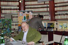 Roberto Mattioli prima della conduzione del premio con lo sfondo della biblioteca della Camera dei Deputati di Palazzo San Macuto