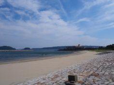 今年の夏休みは和歌山県東牟婁郡の橋杭海水浴場へお出かけされてはいかがでしょうか ここは本州最南端の串本町にある海水浴場で足元が透けて見える透明度の高さが魅力です 国の天然記念物橋杭岩と紀伊大島に囲まれた自然豊かな場所にあるので日常を忘れてリフレッシュできるはずです 7月29日には海水浴まつりといって潮干狩りや宝探しなど家族で楽しめるイベントがあるので参加してみるといいですよ  #海水浴 #夏 #和歌山 #レジャー tags[和歌山県]