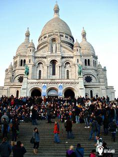 """A Basílica du Sacré Coeur é lindissima e fica em cima do Montmartre em Paris. A colina tem esse nome porque se tornou o """"monte dos mártires"""", onde Saint Denis, o primeiro bispo de Paris  foi executado junto com seus companheiros."""