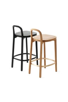 Woodnotes Siro+ bar stools. It's made of oak and finished with a polished wax or stained black. The footrest is brass or black painted metal. There are two seating heights available: 65 cm and 75 cm. Design Raffaella Mangiarotti and Ilkka Suppanen. #interiordesign #interiordecor #woodenfurniture #oak #design #homedecor