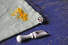 Guarda questo articolo nel mio negozio Etsy https://www.etsy.com/it/listing/503407704/gioiello-in-maiolica-dipinta-pendente