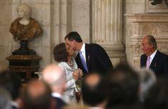 Después de que don Juan Carlos firmara la ley, le ha dado un abrazo a su hijo Felipe que, tras cambiar su lugar por el que antes ocupaba su padre en un gesto de afecto muy significativo por parte del Rey, ha recibido el cariñoso beso de su madre, la reina Sofía © Cordon Press