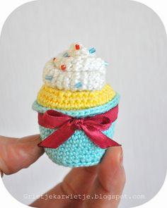 Cupcake met sprinkels  Haaknaald nr. 2, Catania: aqua blauw 397, vanille geel 403, wit 106. Verder een satijn lintje ongeveer 6mm br...
