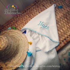 Un burnous de bain marocain tout doux en éponge blanc pour bébé et broderie prénom - A soft white bath towel Moroccan burnous  and embroidery name - baby bath cape