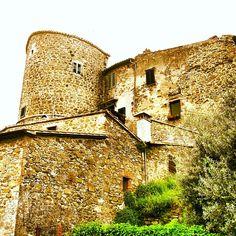 Le mura e le torri di #Montemerano, sono oggi usate come abitazioni private, ma mantengono la bellezza di un tempo! #idmontemerano #invasionidigitali #maremma #tuscany #italy