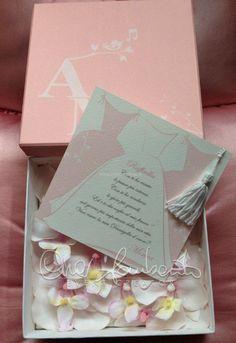 Dettagli personalizzati annunciano il fil rouge del matrimonio. La partecipazione di nozze e l'invito personale per le damigelle.   Cira Lombardo Wedding Planner