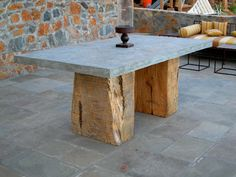 Mooi betonblad met robuuste houten poot