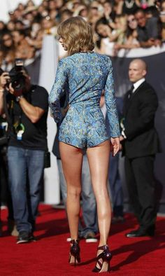 VMAs Taylor Swift shocks in her cheekiest outfit ever! Taylor Swift has dethroned twerking queen Miley Cyrus as the most sensational and scantily clad star of MTV's Video Music Awards! Taylor Swift Legs, Estilo Taylor Swift, Taylor Swift Style, Taylor Swift Pictures, Taylor Alison Swift, Swift 3, Hottest Female Celebrities, Beautiful Celebrities, Celebs