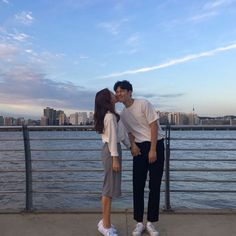 When he closes his eyes even for cheek kiss Korean Couple, Best Couple, Korean Girl Style, Couple Ulzzang, Couple Goals Cuddling, Kpop Couples, Couple Aesthetic, Fashion Couple, Couple Outfits