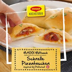 Fast pizza bags - prepared very quickly: fast pizza bags with sala .- Fast pizza bags – prepared very quickly: fast pizza bags with salami. Super suitable as finger food for your – weight Pizza Snacks, Snacks Für Party, Salami Pizza, Egg Recipes, Pizza Recipes, Snacks Recipes, Pizza Rapida, Quick Pizza, Party Finger Foods