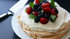 A Pavlova dessert is always a show stopper, is fairly low in refined sugar and fat calories even before it is adapted for low fat and low sugar preferences, and honestly isn't that complicat. Australian Pavlova, Australian Food, Birthday Cake For Brother, Happy Birthday Cakes, Köstliche Desserts, Delicious Desserts, Dessert Recipes, Dessert Food, Christmas Pavlova