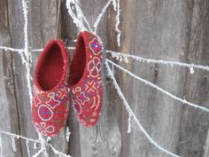 By Estonian felted slipper artist. Blog user Sussimemm: http://www.isetegija.net/index.php?pid=125