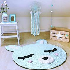 Estancias mágicas que inspiran paz ✨ Sin duda la combinación mint es una mis favoritas, tanto para niño y niña , pura delicadeza y frescura   La alfombra conejito  junto con el atrapa sueños son un acierto seguro  Todo todito disponible en la shop!  ¡Vamos a por el martes chicos! ✨ .. .................... Shop: ☆ artesesa.bigcartel.com☆ ..................... . . #artesesa#alfombra#rug#crochet#trapillo#decoracion#kids#design#homestyle#hogar#storage#zpagetti#baby...