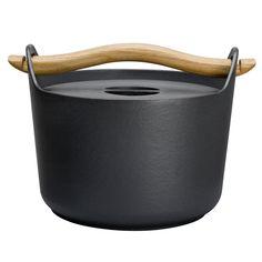Sarpaneva cast iron pot by Iittala. Design by Timo Sarpaneva.