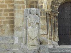 Uno de los Caballeros Templarios que vigilan la entrada de la Iglesia de Santa María de Almocóvar.