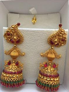 Gold Jhumka Earrings, Gold Earrings Designs, Indian Earrings, Gold Jewellery Design, Gold Jewelry, Jewelry Patterns, Red, Jewerly, Schmuck