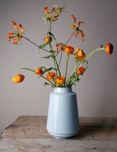 "Beautiful flowers in a beautiful vase ('High edged vaas"" - Fenna Oosterhoff - BijzonderMOOI* - Dutch design). Table Flowers, Fresh Flowers, Flower Vases, Beautiful Flowers, Flowers In A Vase, Fabric Flowers, Deco Floral, Arte Floral, Ikebana"