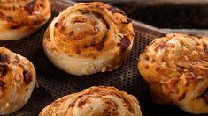 Pizza på en snurr fra Bakeriet i Lom - Oppskrift fra TINE Kjøkken Norwegian Food, Norwegian Recipes, Baking Recipes, Easy Recipes, Baked Potato, Muffin, Food Porn, Good Food, Easy Meals
