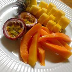 パパイヤと、ゴールドバレルとパッションフルーツ!! 盛り合わせなのでパッションフルーツは小さめをチョイス!^_^ - 57件のもぐもぐ - 県産フルーツ盛り! by okinawa1123