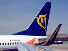 EasyJet U27983 Airbus A319 & RYANAIR Boeing 737-8AS, aeroporto Barajas, Madrid, Spain