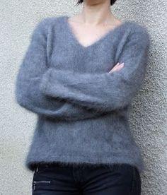 Un petit pull angora à la couleur marron glacé que l'on voit mal ici car la photo est floue. J'avais déjà fait un pull que vous voyez iciavec cette laine. Vu son succès, j'en ai fait un autre. Coupe