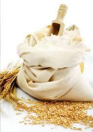 Esta es la harina. Es un ingrediente muy importante porque es muy usado en cocina. Hay diferentes tipos de harina: de maíz, de cebada, de escanda, de arroz... Es usada para hacer diferentes platos: el pan, la pasta, los dulces, las galletas...  Las mas utilizada es la harina de trigo.