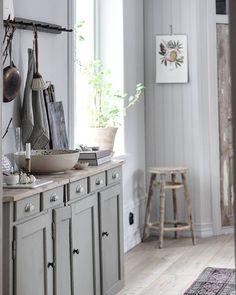 @lenalidman85 Så glad för den gamla skänken jag fyndade för några veckor sedan. Det enda jag gjort är att måla underdelen med ligth Gray no 17 från @farrowandball . Underbar färg att jobba med  lenalidman85#Skänk #farrowandball #kök #kitchen #ellos #elloshome #interior123 #skandinaviskahem #interior4all #asafotoninspo #nordiskehjem