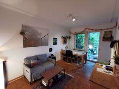 Schönes, gemütliches Wohnzimmer mit Holzboden und einem kleinen grauen Sofa. #wggesuchtde #wggesucht #wohnzimmer #sofa #holz #holzboden #ideen #einrichtung #gemütlich #groß #holzmöbel #einrichtung Corner Desk, Furniture, Inspiration, Home Decor, Cozy Sofa, Wood Floor, Dinner Table, Dekoration, Nice Asses