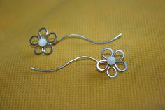 Náušnice+květiny+-+perleť+-+chirurgická+ocel+Květinkovénáušnice+-+originální,jednoduché+a+pohodové+na+nošení.+Zarážky+přidávám,+náušničky+krásně+drží.+Náušnice+jsou+ručně+tepanéz+chirurgické+oceli,+střed+je+ozdoben+kuličkou+bílé+perleti.+Konce+náušnic+jsou+pečlivě+zabroušeny:-)+Možno+doobjednat+náhrdelník,+náramek+apod.do+sady+Vhodné+pro...