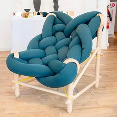 Young designer Veega Tankun just graduated from Brighton University. However, she already perfectly handle aesthetic and innovation concepts. With this chair, h Diy Furniture Chair, Furniture Design, Furniture Movers, Furniture Online, Poltrona Design, Overstuffed Chairs, Woven Chair, Cozy Chair, Chair Design