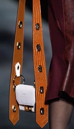 Choosing The Perfect Handbag That's Suitable For All Season - Best Fashion Tips Fashion Bags, Fashion Accessories, Runway Fashion, My Bags, Purses And Bags, Designer Shoulder Bags, Hermes Handbags, Best Bags, Luxury Bags