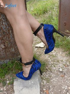 Blue Pumps, arches and Toe Cleavage