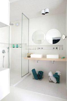 Sufit łazienki w białych kaflach