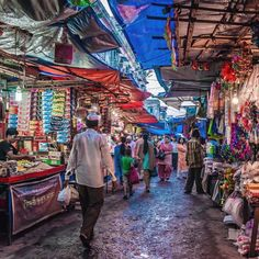 Streets of #MyMumbai by Shriti Bannerjee at Bhendi Bazaar.  Repost by @stayzilla