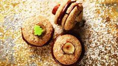 Bezlepkové cukroví s čokoládovým krémem má skvělou chuť díky mletému hřebíčku. Místo mouky jsou použité mleté oříšky. Desert Recipes, Deserts, Muffin, Cookies, Fresh, Breakfast, Food, Crack Crackers, Morning Coffee