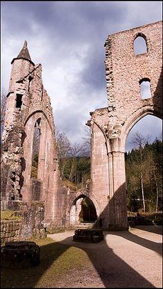 Bild: Ruine im Schwarzwald (© Via www.flickr.com/photos/mossaiq/)e Sonne straht auf die Ruinen der Allerheiligen bei Oppenau im nördlichen Schwarzwald. Nach zahlreichen Bränden stehen nur noch die Grundmauern, seit dem 19. Jahrhundert steht die Anlage