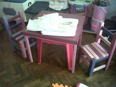 Mesa y sillas para chicos de madera y pintadas con esmaltes sintéticos