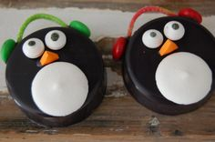 Penguin Chocolate Covered Oreos by SimplyPoshbyMel on Etsy Christmas Themed Cake, Christmas Cupcakes, Holiday Treats, Christmas Treats, Christmas Chocolates, Cake Decorating Supplies, Cookie Decorating, Decorating Tips, Penguin Cakes