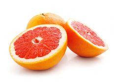 Is grapefruit gezond?De grapefruit is een kruising tussen de sinaasappel en de pompelmoes en bevat anderhalf keer de de aanbevolen dagelijkse hoeveelheid vitamine C.
