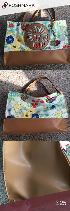 Anne Klein floral flowers Leo beach work tote GUC Great for spring and summer! Holds a ton of stuff! I used it a few times for work as a teacher, so the inside is a little dusty/has pencil shavings. Exterior shows some minor signs of wear, including scuffs to the faux leather trim. No rips or stains to floral fabric though. Magnetic snap closure, gold hardware. Measures about 15.5 inches long by 8 inches deep by 12 inches tall. Straps are long enough for carrying over your shoulder. Anne…