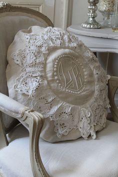 Coussin fait avec des draps et broderies anciennes de récup..... …