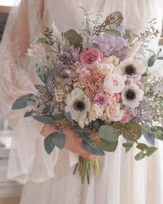 ナチュラルウェディングにぴったり♡お花畑から摘んできたような「ナチュラルブーケ」17選* | marry[マリー] Purple Wedding, Floral Wedding, Wedding Flowers, Perfect Wedding, Dream Wedding, Small Flower Arrangements, Flower Factory, Bride Bouquets, Wedding Images