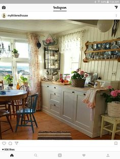 Homestead kitchen on the lake Cozy Kitchen, Kitchen Redo, Country Kitchen, Kitchen Remodel, Country Life, Cottage Kitchens, Home Kitchens, Sweet Home, Cottage Living