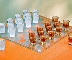 Jeu Echec Shooter- 20€ Ce jeu d'échecs n'est vraiment pas comme les autres ! Le jeu d'échecs alcool est composé d'un grand et joli plateau de 64 cases et les 32 pions habituellement si classiques ont été remplacés par des verres shooter. Le principe est très simple, vous perdez une pièce, vous la buvez !
