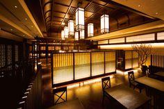 吉今 TOKYO 和ダイニング(大手町): 高層ビルの1フロア300坪を、和のたたずまいを感じる心地よい空間に仕上げた。メインダイニングは天井が高く開放感を演出。個室の壁には富山の豪農の屋敷からでた古瓦を使用。独特の素材感が生まれた。手漉き和紙や格子を活かす間接光も計算しつくされている。