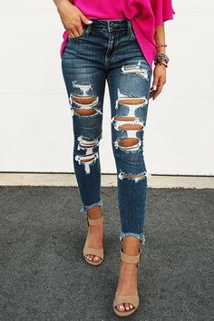 Lest you think that men's skinny jeans are the invention of the 21 century, think again. Actually, skinny jeans have … Ripped Jeggings, Ripped Knee Jeans, Ripped Skinny Jeans, Holey Jeans, Outfit Jeans, Cute Ripped Jeans Outfit, Crop Top Outfits, Jean Outfits, Grey Jeans Womens