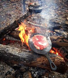 Great bushcraft tips that all survival lovers will definitely desire to master right now. This is essentials for SHTF survival and will certainly save your life. Fire Cooking, Cast Iron Cooking, Outdoor Cooking, Camping Cooking, Cooking Steak, Camping Stove, Camping Life, Camping Hacks, Camping Bbq